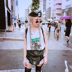 Vita Chen - Alexander Wang X Kangol Peebles Cap, Vii & Co. Vintage Round Mirror Sunglasses, Vii & Co. Los Graphic Bf Tee, Chanel Vintage Fanny Pack -  はちがつ Tokyo