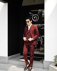 Davin Senviadi - Thesuitsco Burgundy Suits, Ftale Black Loafer - Dapper look with suits