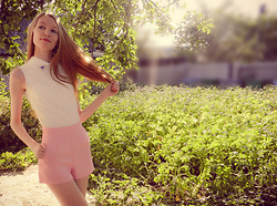 Roksa -  - White blouse and pink shorts