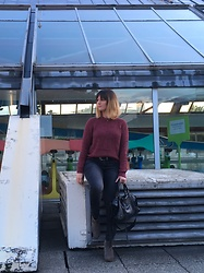 The laid-back girl Léa - H&M Sweater, H&M Western Belt, Only Jeans, Isabel Marant Boots - Bordeaux sweater