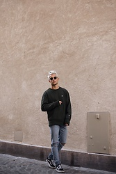 Kevin Elezaj - Vans Sneakers, Urban Outfitters Jeans, Champion Sweater, Komono Glasses - Color coordination