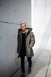Kevin Elezaj - Timberland Sneaker, Tigha Jeans, Urban Outfitters Sweater, Timberland Parka - Parka time
