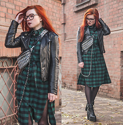 Anya Dryagina - Zaful Pockets Plaid Tunic Flannel Shirt Dress, Zaful Quilted Plaid Pattern Chain Crossbody Bag, Zaful Chunky Heel Platform Ankle Boots - Mother anarchy