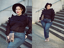 Luciana Blümlein - H&M Blouse, Sheego Jeans, Pura López Clutch, Zara Belt, 5th Avenue Shoes, C&A Hat, Chanel Earrings, Hermès Bracelet - • Ruffles & Jeans •