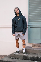 Kevin Elezaj - Vans Sneakers, Vans Socks, H&M Sweatpants, Vans Sweater - Already cold?