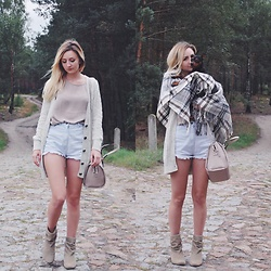 Dominika & Ola - Forever 21 Blouse, Second Hand Shorts, Second Hand Sweater, Calvin Klein Bag, Reserved Boots, Ikea Blanket - Put your blanket on