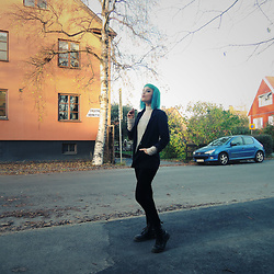 Ann-Sofie L - Dr. Martens Stompers, Divided By H&M Simple Blazer, Monki White Turtleneck - KOLLAPS
