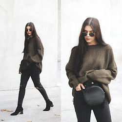 CLAUDIA Holynights - In The Style Oversized Distressed Sweater - Olive green and black