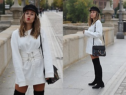 Claudia Villanueva - H&M Cap, Zara Sweatshirt, Shein Bag, Stradivarius Boots - Black & White in Autumn