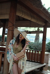 Louise Xin - Asos Vacation Floppy Hat, Nakd Lace Up Swimsuit, Zaful Flower Kimono, Quay Australia Zig, H&M Straw Clutch - Malta - Ramla bay resort