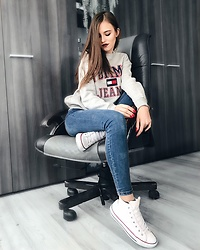 Emma Pavel - Tommy Hilfiger Gray Logo Hoodie, Massimo Dutti Jeans, Converse Leather Sneakers - Basics