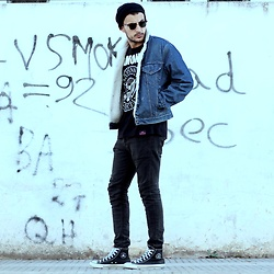 Mohamed Samaras - Levi's® Sherpa Turcker, Ramones T Shirt, H&M Jeans, Ray Ban Club Master, Converse Chuck Taylor All Star X Ramones, Zara Beanie - Aim for the moon. If you miss, may you hit a star