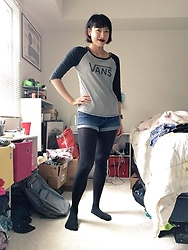 SYNONYME 黃 - Vans Classic Raglan, Hollister Low Rise Short Shorts, Forever 21 Black Tights - Winter uniform