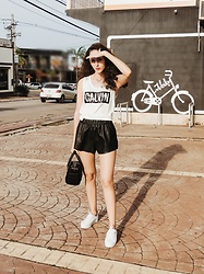 Camilla Brozzo - Calvin Klein Top, Farm Shorts, Animale Bag, Osklen Sneakers - This is a sunny day!