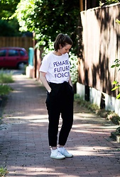 Laura - Edition F Shirt, Armedangels Pants, Veja Sneaker - Female Future Force