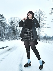 Weronika - Atmosphere Shoes, Atmosphere Skirt, New Yorker Shirt - Black and white winter look
