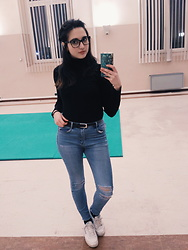 Noemi Aresti - Reebook Club 85, Stradivarius High Waisted Jeans, Burberry Glasses - Black turtle neck and red lips