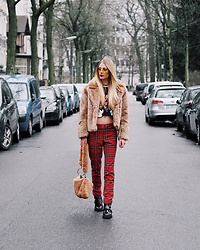 Laura Simon - H&M Karo Pants, Topshop Teddy Bag, River Island Black Boots, H&M Faux Fur Coat, Urban Outfitters Yellow Sunglasses - Berlin Streetstyle