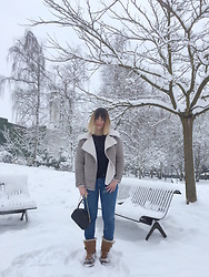 The laid-back girl Léa - New Look Faux Shearling, Mango Sweater, Levi's® Jeans, Sézane Bag, Ugg Boots - Under the snow