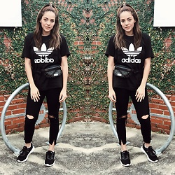 Priscilla Eslo - Adidas Shirt, Bebe Fanny Pack, Adidas Sneakers - Adidas sporty outfit