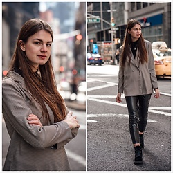 Jacky - Vila Blazer, Vila Pants, Calvin Klein Shoes, Vila Turtleneck - New York Streetstyle: Leather Pants