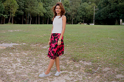 Shanaz AL - Unknown Off White Sleeveless Top, Mom's Closet Magenta Pink Floral Midi Skirt, No Name Grey Shoes - Magenta Aura