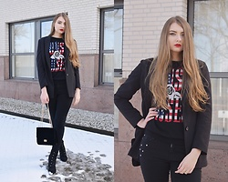 Paulina Kędzierska - Black Blazer, Black Sweater, Black Jeans, Black Bag - All black