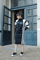 Frankie Miles - Adidas Tube Dress, Dolce & Gabbana Sunnies, Adidas Superstar Sneaker - Fully adidassy