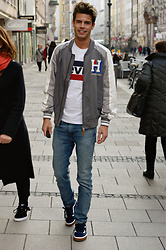 Dominik Abolis - Tommy Hilfiger Bomber Jacket, Levi's® T Shirt, Levi's® Jeans 510 Skinny Fit, Vans Old Skool Sneakers - Mainstream