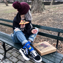 Kimi Peri - Accessorize Purple Beanie, Happy Socks Keith Haring, Vans Platform Sneaker, Madlady Boyfriend Jeans, Fishnet Tights, Choker, Monami Frost Hoodie - Morning Pizza In Central Park