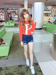 Jennifer Marcellina - Puma Basket Heart Parent, Pomelo Fashion Sweater - Comfy airport look