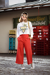 Esra E. - Asos Red Culotte, Nike Grey Sneakers, Pimkie White Cropped Printed Sweatshirt - Red culotte