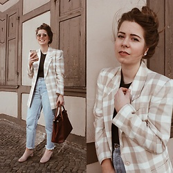 Elaine Hennings - Vintage Blazer, Pull & Bear Mom Jeans, Cos Pumps, Vintage Bag, Sabrina Dehoff Earrings - The Vintage Blazer