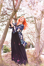 Alice Duporge - Shein Japan Kimono, Shein Robe Maxi Brodé Fleur Avec Lacet, Wish Flower Crown Pastel - Le Japon à Paris
