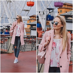 Madara L - Stradivarius Pink Coat, H&M Ripped Jeans, Deichamann White Sneakers - Having fun in Tibidabo