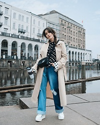 Frankie Miles - Jil Sander Trenchcoat, Rich And Royal Polka Dot Blouse, Calvin Klein Handbag, Current/Elliott Flared Jeans, Karl Lagerfeld Plateau Creepers - Jungfernstieg