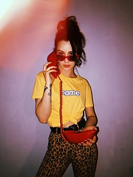 Izabella - Bershka Tshirt, Bershka Pants, Bershka Sunglasses - Retro Red telephone