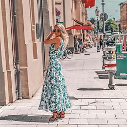 Vera Hutterer - Dolce & Gabbana Vintage Style Metal Sunglasses, Ralph Lauren Blue Silk Dress, Tommy Hilfiger Pink Sandals - Dress Obsession | la-blonde.com