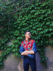 Polyhrones Tatsis - Primark Hawaiian Shirt, Aliexpress Sunglasses, Zara Blue Pants - HAWAIIAN BROS