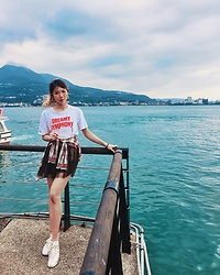 Yi chia Chang - Leopard Yarn Skirt, Red Plaid Button Down, White T Shirt, Onitsuka Tiger Silver Sneakers - Tamsui old street
