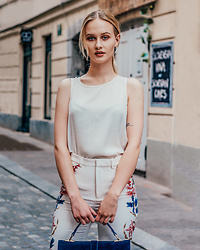 Alicia Simonič - Zara White Wide Pants With Floral Print, Stradivarius White Silk Sleeveless Top, Zara Royal Blue Bag - White spring