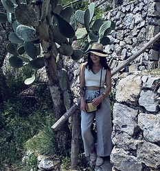 Weronika Bukowczan - Unbranded Grey Flared Cropped Pinstripe Trousers, Dune Cream And Gold Espadrilles, New Look Cream V Neck Crop Top, Unbranded Straw Beige Bow Hat, Unbranded Straw Bag - Cactus 🌵