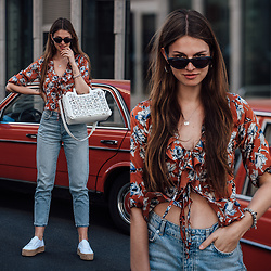 Jacky - Liebeskind Berlin Bag, Missguided Shirt, Gina Tricot Jeans, Superga Sneakers -  Summer Outfit: Plateau Sneakers and Flower Blouse