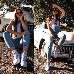 Jacky - Gina Tricot Jeans, Sorel Sneakers -  Casual Summer Style: Mom Jeans and White Sneakers