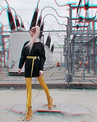 Emmalynn V - Jeffrey Campbell Shoes Nirvana Boots In Wheat, Vienne Milano Thighs, Off White Industrial Belt, Gucci Flip Up Sunglasses - Starkstrom-Fehler II