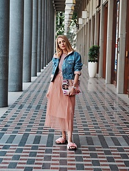 Laura Simon - About You Faul Für Sliders, Zara Rose Skirt, Topshop Denim Jacket, Topshop Crop Top - Strolling around Berlin with my new vogue Magazine 💃🏻