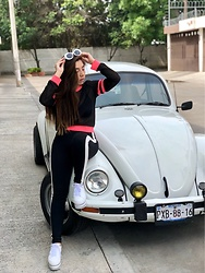 Karen Cardiel - Must Concept Store White Stripes Leggings, Must Concept Store Red Pink Stripped Tshirt, Must Concept Store White Platform Sneakers, Must Concept Store Curt Cobain White Sunglasses - Carcacha pasó a pasito no dejes de tambalear 🚙