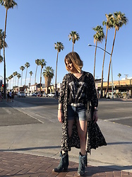 The laid-back girl Léa - Denim & Supply Dress, Vila Top, H&M Shorts, Pepyth Bag, Sendra Cowboy Boots - Cowboy boots in Palm Springs