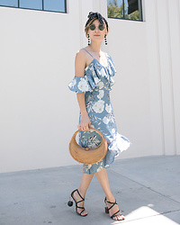Elizabeth Lee (Stylewich) - Jacquemus Samba Sandals, Ellen & James Half Moon Bag - Blue Monday