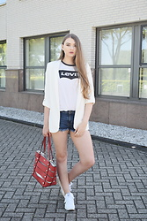 Paulina Kędzierska - White Blazer, Jeans Shorts, Red Bag, Reebok White - Jeans shorts